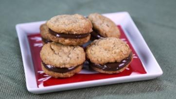 Peanut Butter Cookies with Chocolate-Hazelnut Spread