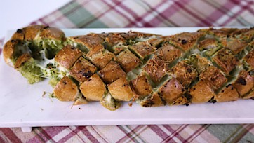 Cheesy Pull-Apart Pesto Bread